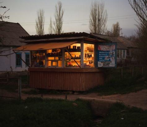 kirgisischen Dörfern kleine Stände den Bewohnern Alltagsprodukten kaufen Zahnbürsten Flaschen Kondensmilch Waschpulver
