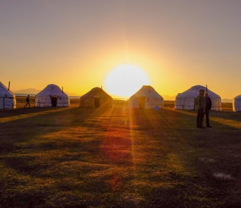 Beim Sonnenaufgang kirgistan jurtencamp