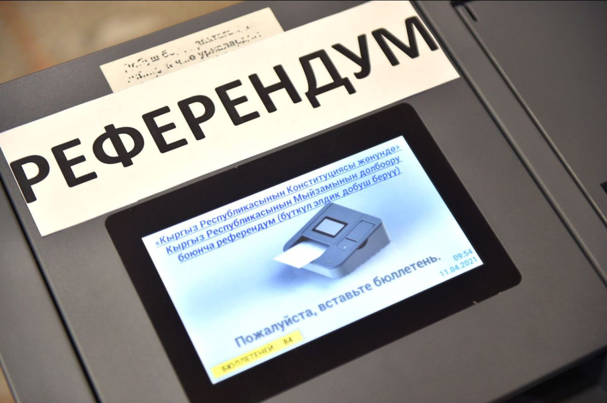 """electronic vote counting machine with the word """"REFERENDUM"""" in Russian"""