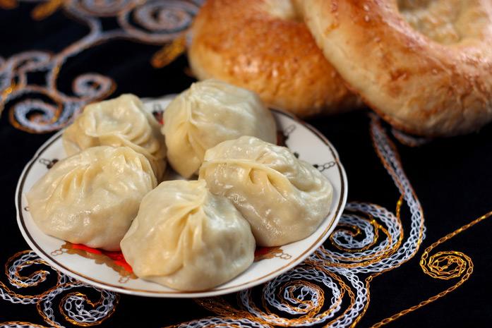 Manty - Le plat de viande traditionnel en Asie centrale. Les Manty sont composés de viande finement hachée et d'oignons, enveloppé dans une pâte fine et préparés à la vapeur dans une «mantovarka» (une casserole pour cuisiner à la vapeur).
