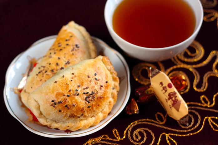 """Samsa - Le """"burger"""" favori de toute l'Asie centrale. Le Samsa est une sorte de tarte prenant une forme aléatoire (généralement triangulaire ou ronde) avec une garniture de viande hachée épicée (surtout de l'agneau, mais aussi du bœuf ou du poulet), de l'o"""