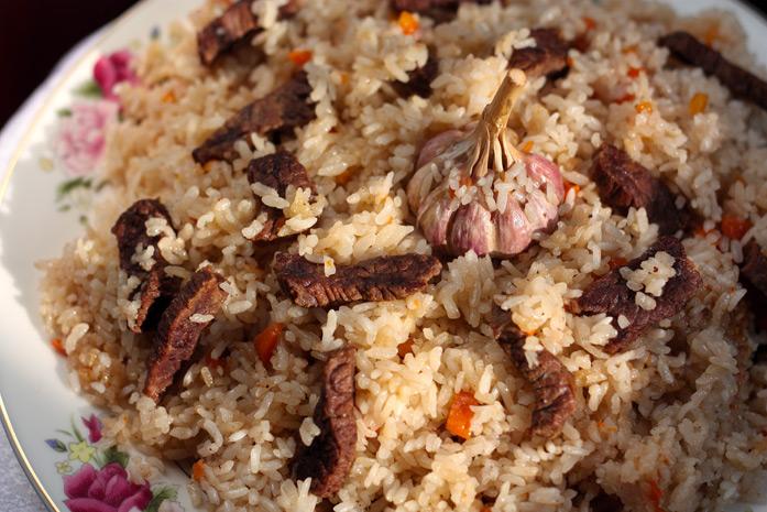 Plof (ou pilaf) - L'un des plats les plus populaires en Asie centrale. Il y a beaucoup de variations régionales dans la préparation du pilaf, avec notamment la carotte à l'honneur dans sa version centre-asiatique. Les composants de base sont le riz, la vi