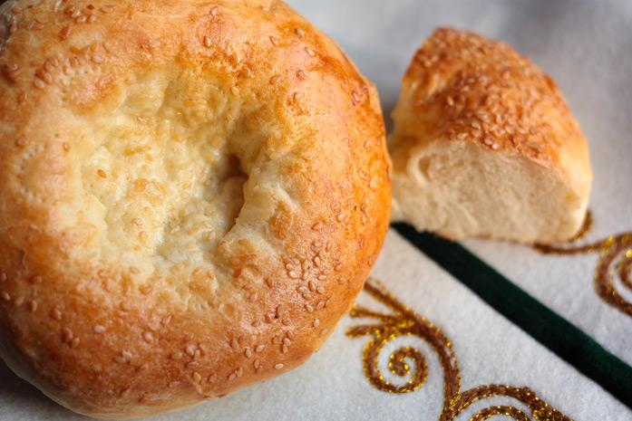 Galette (la Lepeushka) - Faite à base de pâte cuite, habituellement rond et plat. C'est le pain traditionnel des peuples d'Asie centrale.