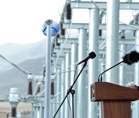 Le président kirghiz lors de l'inauguration de la ligne de Datka Kemin en 2015, censé apporter l'indépendance énergétique au pays.