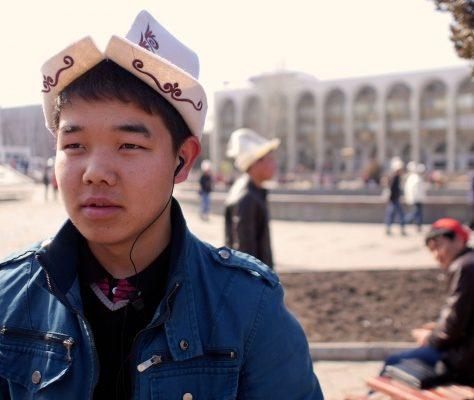 Un jeune kirghiz portant le 'kalpak', chapeau traditionnel kirghiz