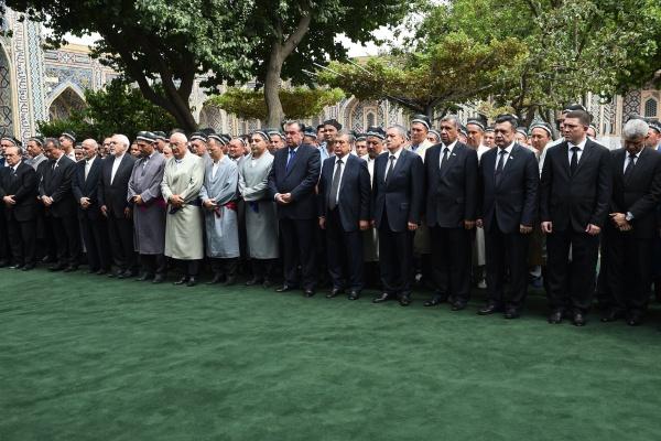 Mirzioïev entouré des présidents de la région lors de l'enterrement de Karimov