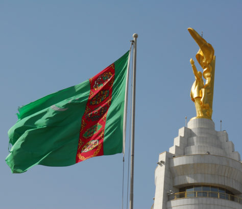 Turkménistan statue drapeau
