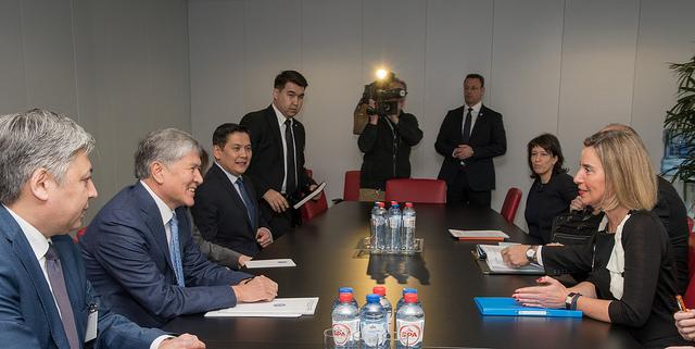 Le président kirghize Atambaïev vécu par Fédérica Mogherini à Bruxelles