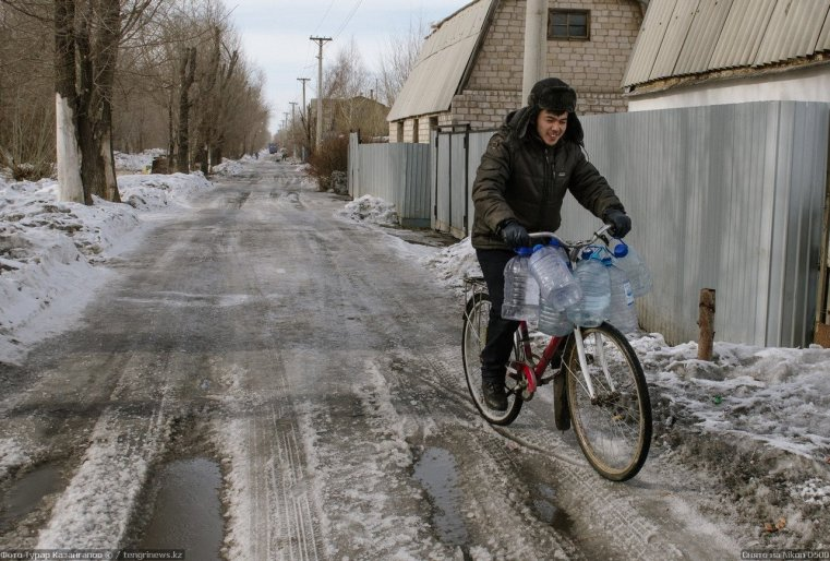 Prigorodny Kazakhstan vélo eau rue neige