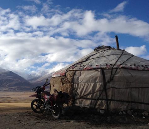 Pamir Kirghiz Afghanistan Yourte moto montagne plateau altitude