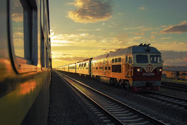 Chemin de fer Chine train soleil couchant soirée