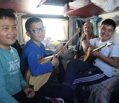 Musique Dombra Train Kazakhstan