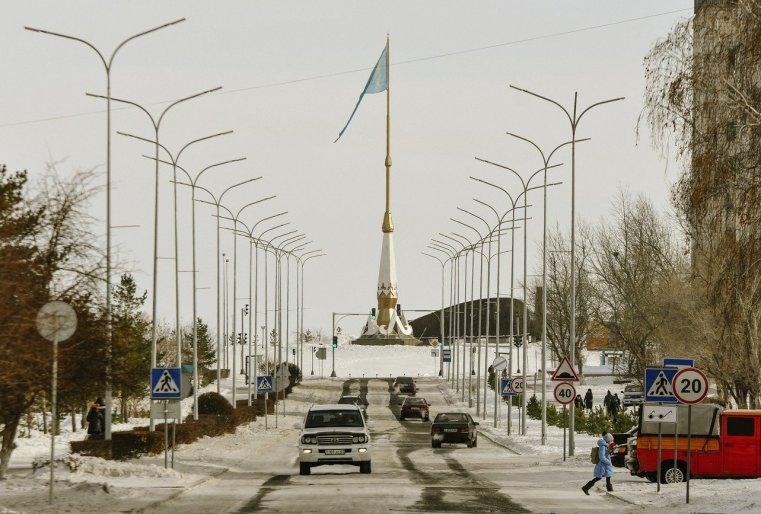 Stepnogorsk Kazakhstan Avenue Voiture Neige Drapeau
