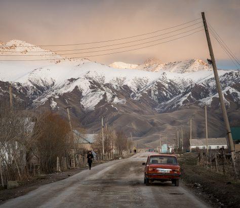 Kyzyl Tuu villageKirghizstan flanqué de montagnes
