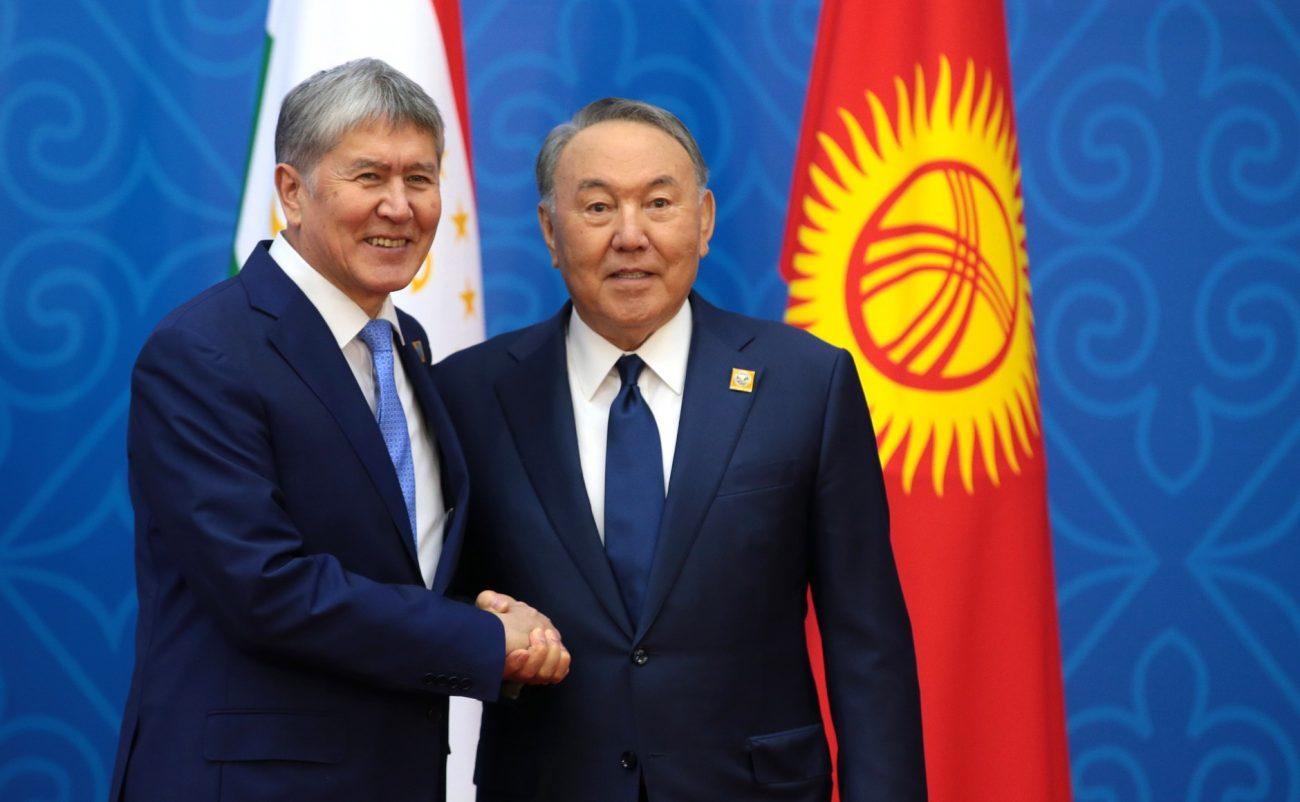 Président Almazbek Atambaïev Homologue Noursoultan Nazarbaïev