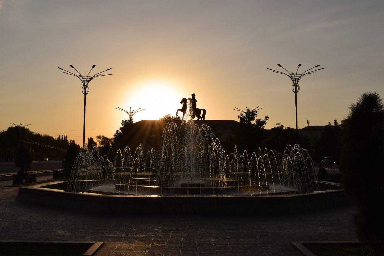 Statue Taraz Kazakhstan Fontaine Coucher de soleil