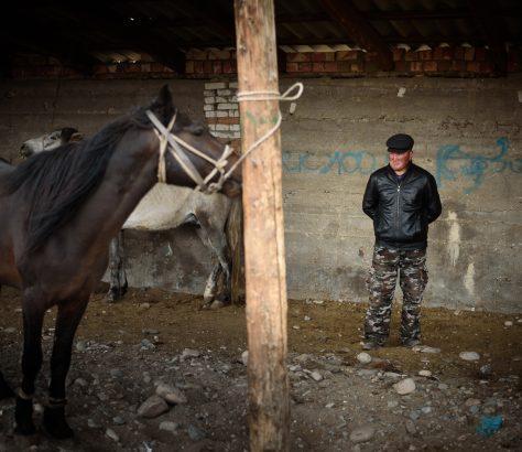 Marché de bétail Naryn Kirghizstan vendeur et cheval