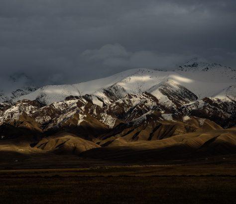 Jeu de lumière du soir dans les montagnes du Kirghizstan