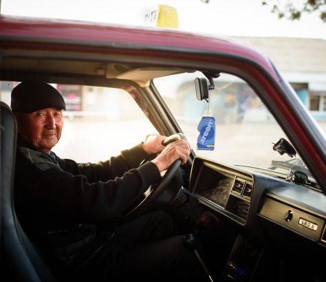 Un taxiste dans sa Lada au Kirghizstan