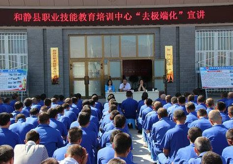 Rangées de détenus d'un camp de rééducation politique au Xinjiang