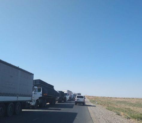 La file des camions à la frontière entre l'Ouzbékistan et le Kazakhstan, du côté kazakh