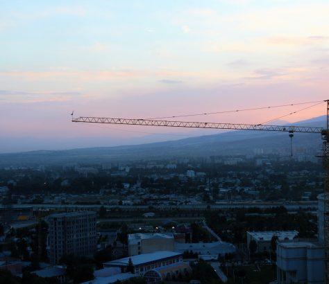 Le paysage urbain de Douchanbé est marqué par les grues de construction. La capitale du Tadjikistan est touchée d'un véritable boom de la construction.