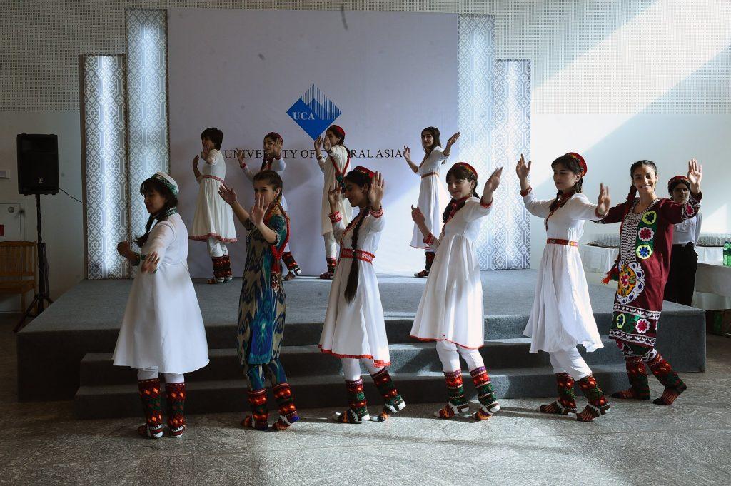 Danse des étudiants d'UCA, en costumes pamiri et tadjik pour l'ouverture officielle en présence du président tadjik