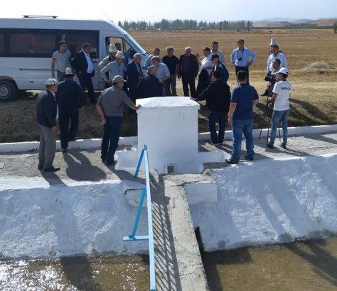 Visite de terrain du côté de Kerben sur la rivière Padysha-Ata au Kirghizstan pour le conseil du bassin avec les représentants de l'Ouzbékistan