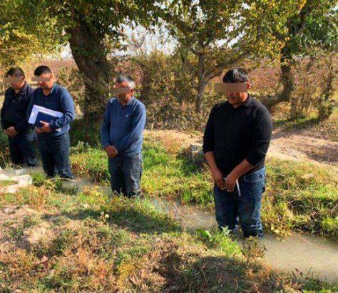 La photo des fermiers d'Akkurgan humilié dans l'eau par le vice-premier ministre ouzbek, et qui a précipité son éviction par le président, Chavkat Mirzioïev