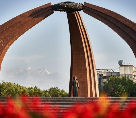 Le momument dédié à la victoire soviétique sur l'Allemagne nazie, terminé en 1984, est un des plus grands monuments de Bichkek, la capitale du Kirghizstan.