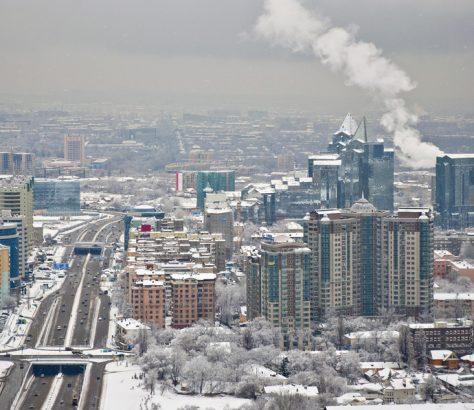 A Almaty, la plus grande ville du Kazakhstan, les hivers sont froids et enneigés.
