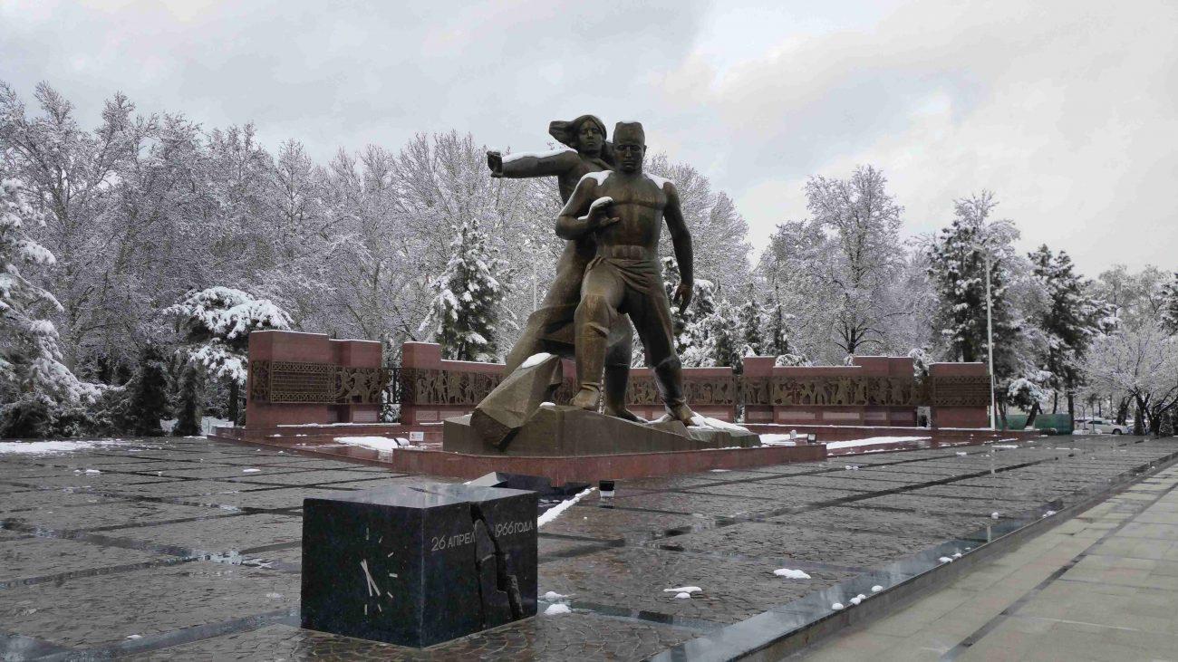 Un hiver tardif couvre les environs de ce monument à Tachkent dédié à la mémoire du tremblement de terre du 26 avril 1966.