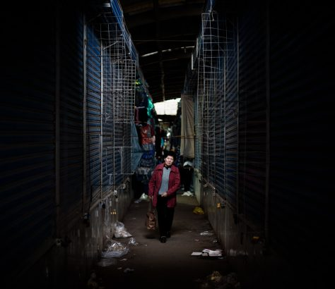 A sa fermeture, le grand Osh Bazar de Bichkek n'est plus qu'une succession monotone d'allées vides.