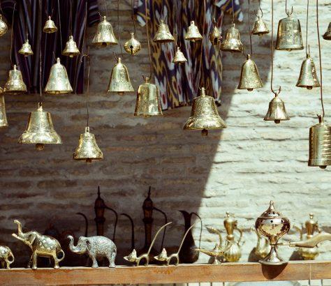 Dans les arrière-cours de Buchara, vous pouvez admirer la variété de l'artisanat ouzbek.