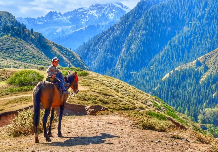 Jeune Kirghiz Cheval Vallée Kirghizstan Jeti-Ögüz