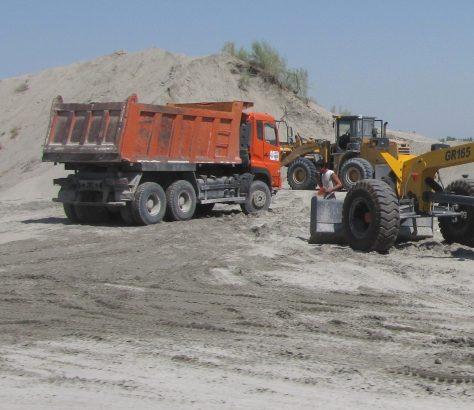 Ouzbékistan Désert Yazyavan Extraction Sable Camions Environnement