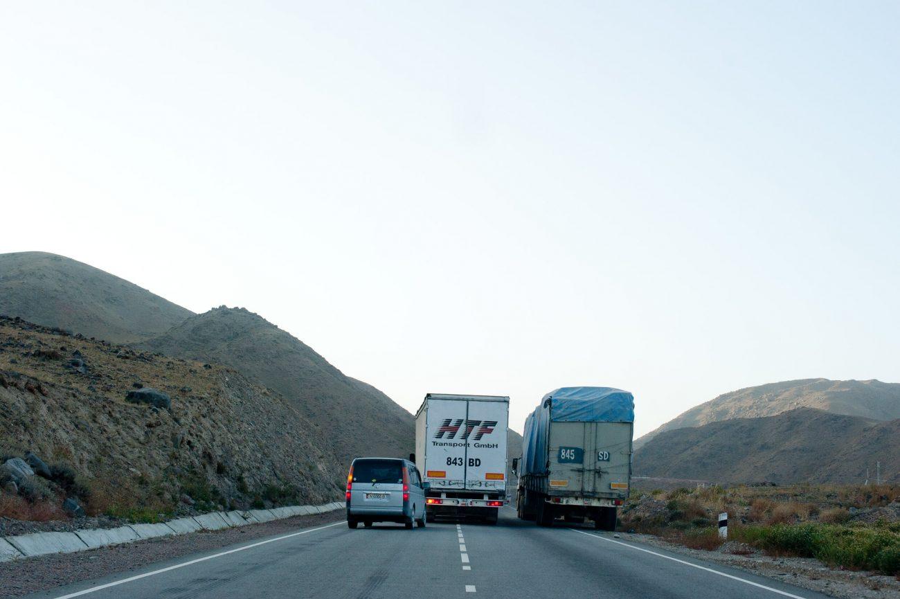 Frontière Kirghizstan Kazakhstan Camions bloqués attention conflit commercial corruption