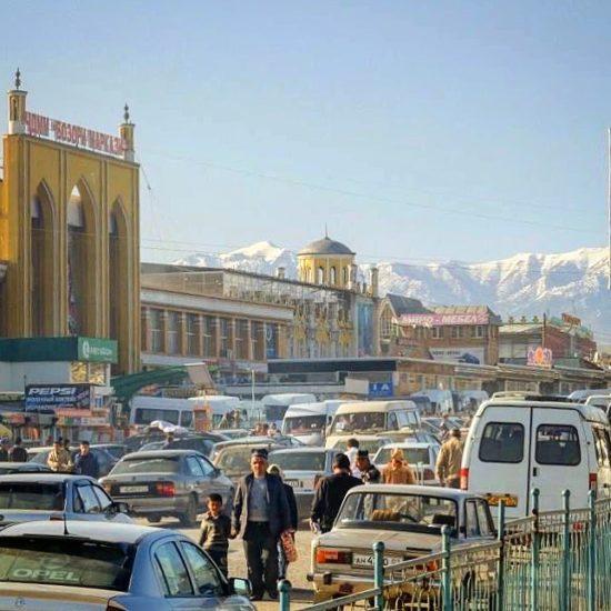 Bazar et montagnes