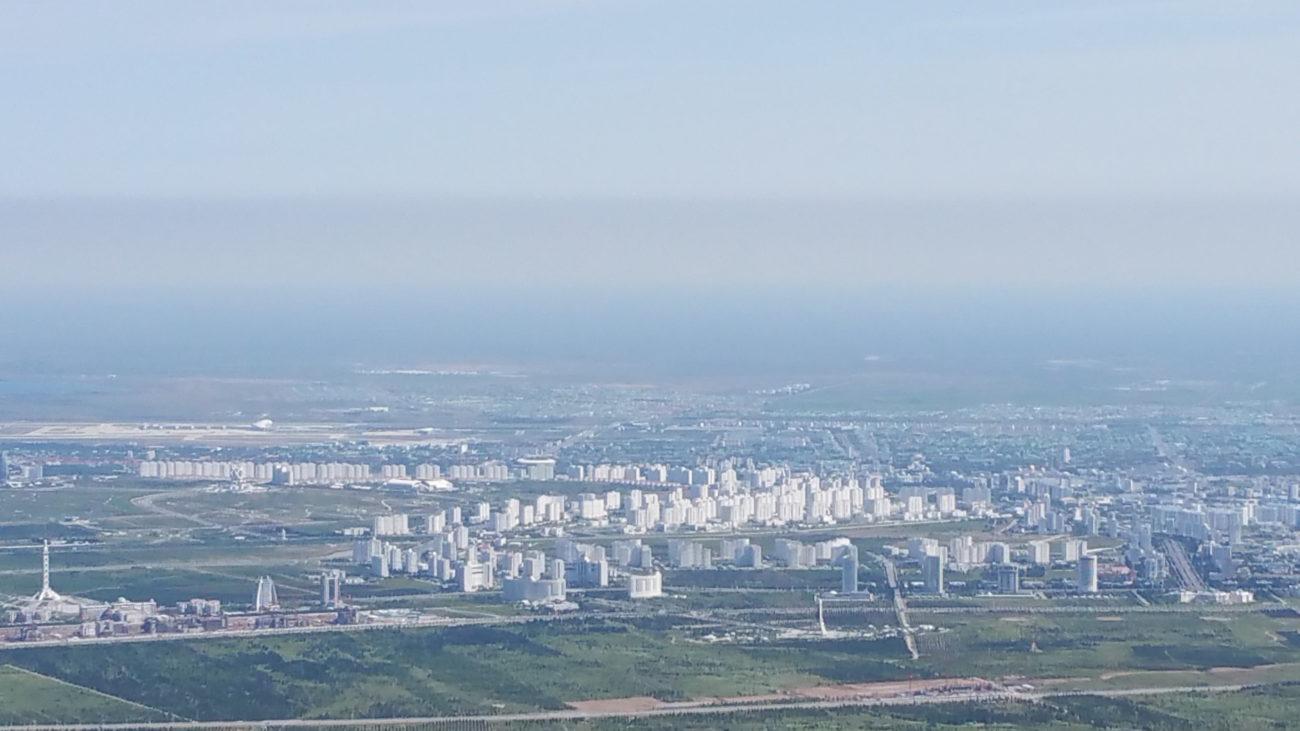 Achgabat, la capitale turkmène, photographiée depuis le téléphérique en périphérie de la ville. Le chemin de fer s'étend jusqu'à la colline située derrière la frontière avec l'Iran.