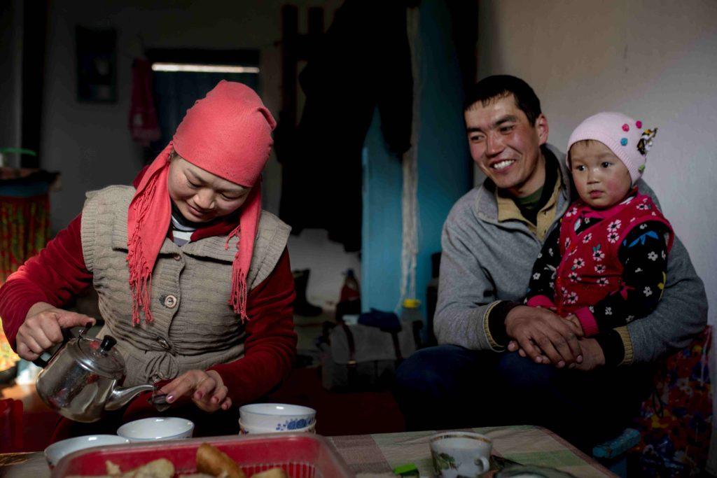Une famille kirghize au Kochkor invite à prendre le thé dans sa maison.