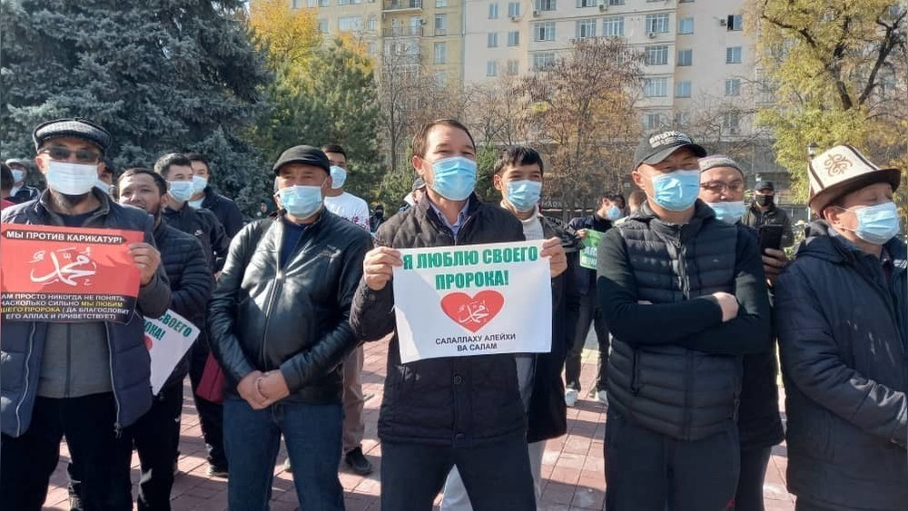 Manifestation Emmanuel Macron caricatures Kirghizstan Asie centrale Islam
