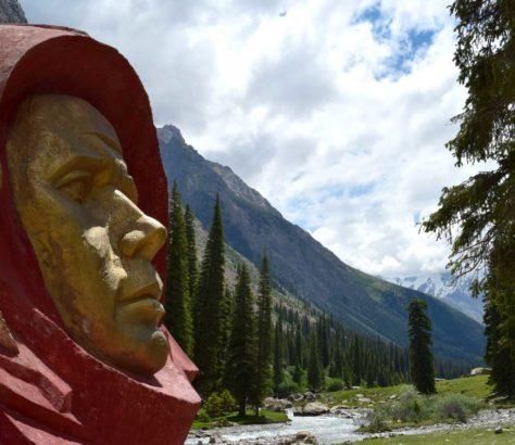 Kirghizistan Youri Gagarine monument Issyk-Koul