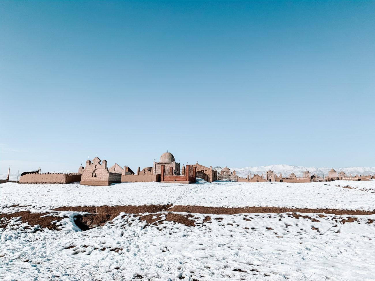 Kirghizistan naryn hiver neige cimetière