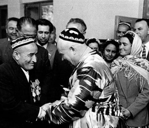 Nikita Khrouchtchev (à droite) lors d'une de ses visites au Tadjikistan