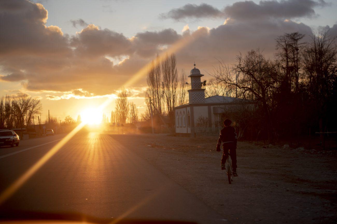 Irina Unruh coucher de soleil vélo Karakol Kirghizstan