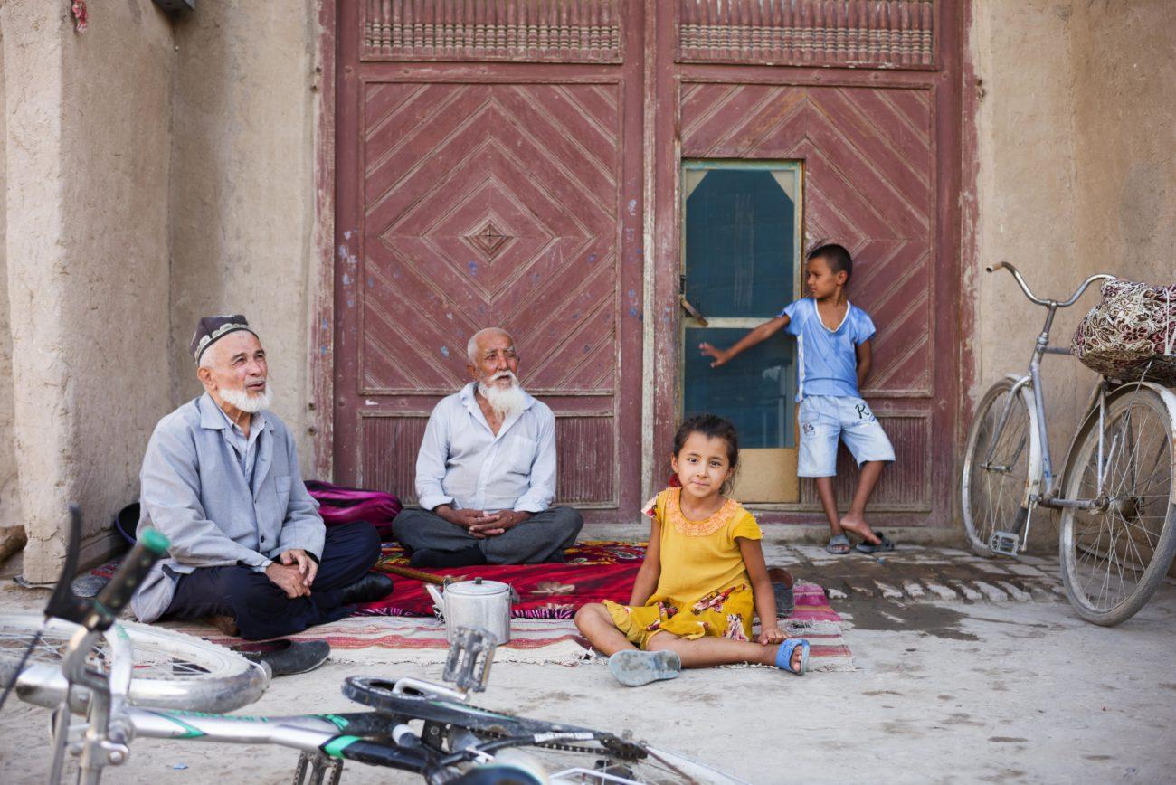 grands-pères petits-enfants vacances en après-midi Khiva Ouzbékistan