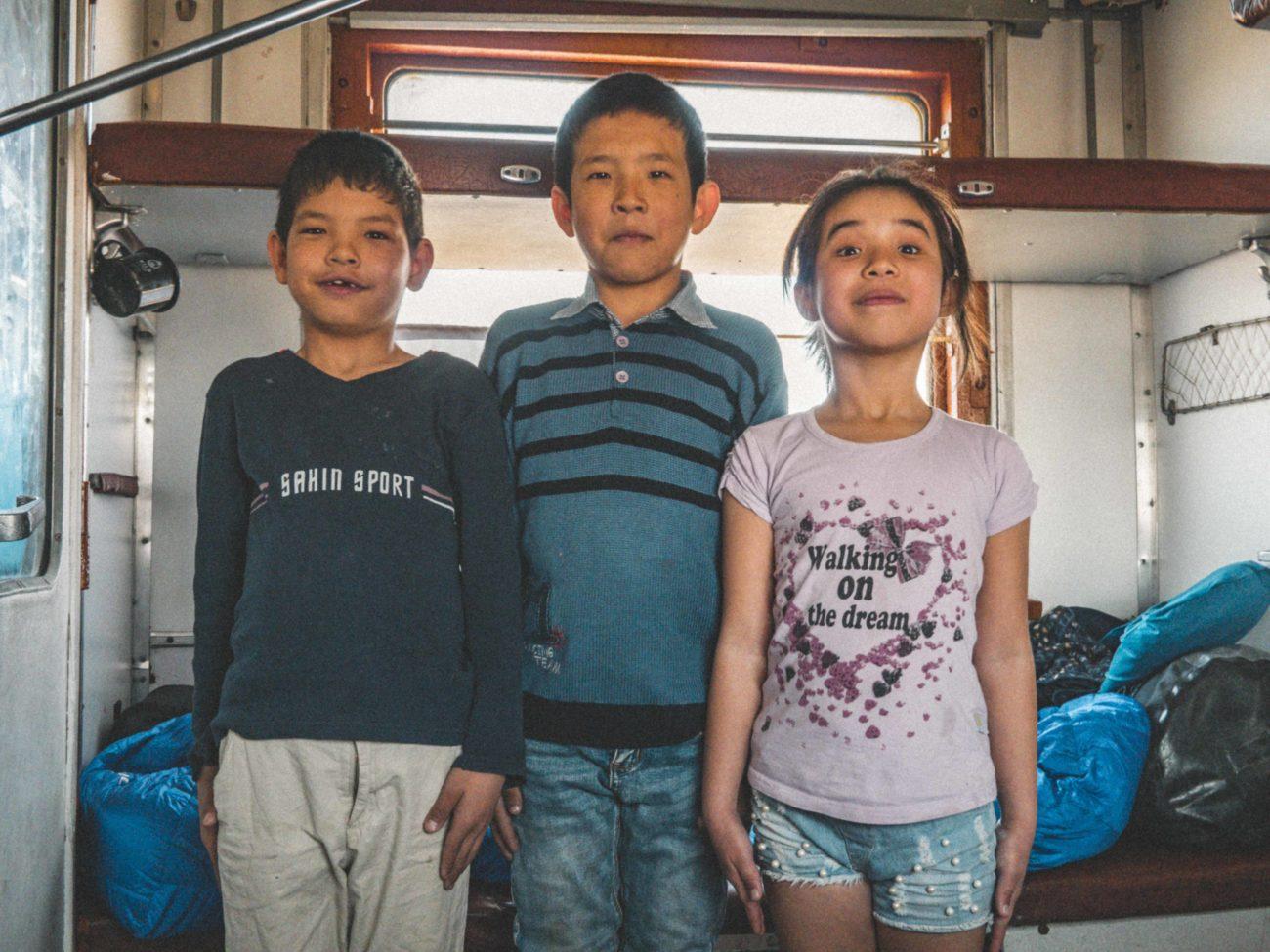La tête haute kazakhstan train enfants famille