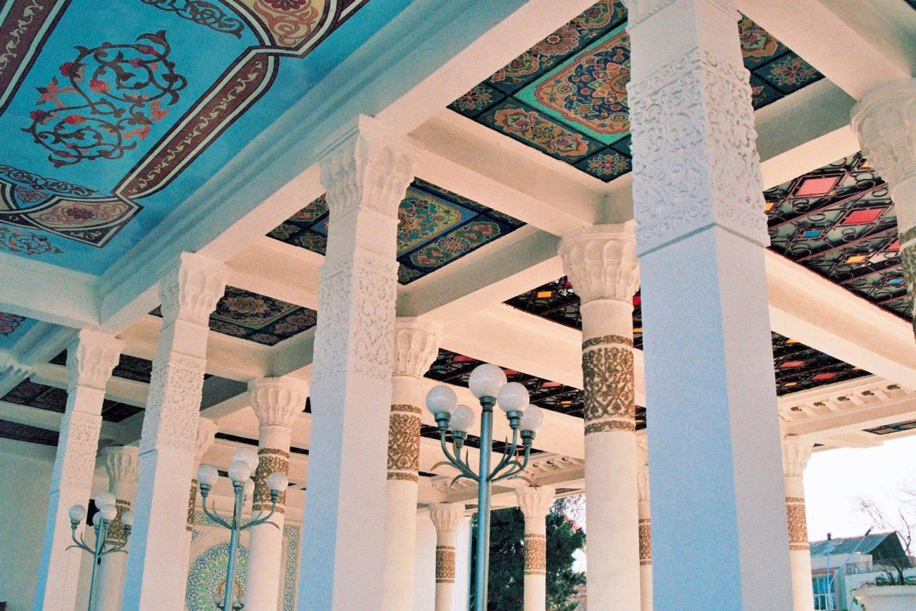 Plafond bleuâtre tchaikhona douchanbe tadjikistan decoration salon de thé