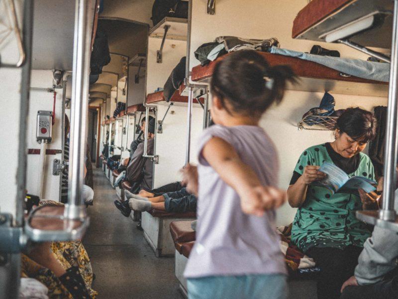 Kazakhstan désert train course enfants jeu