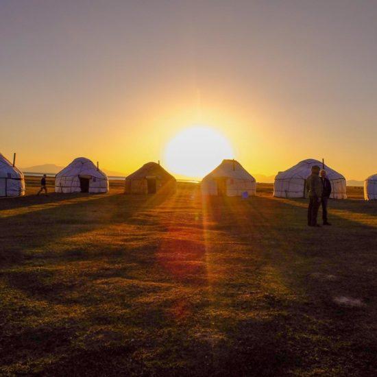 Coucher de soleil camp yourtes kirghizstan